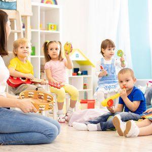 Kinder im Kindergarten: Tagesmutter, Kita & Co.: Diese Möglichkeiten zur Kinderbetreuung gibt es!